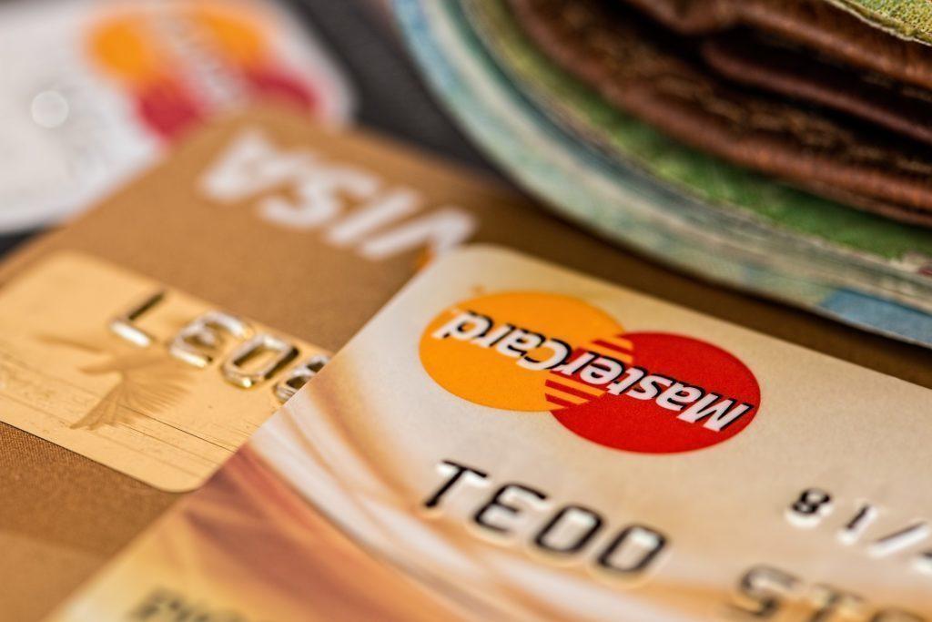 Platební karty zatím chytré mobilní telefony nenahradily