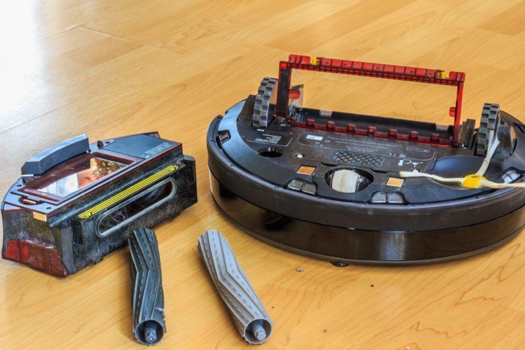 iRobot Roomba 980 - sběrný koš, sběrné kartáče a otevřený vysavač