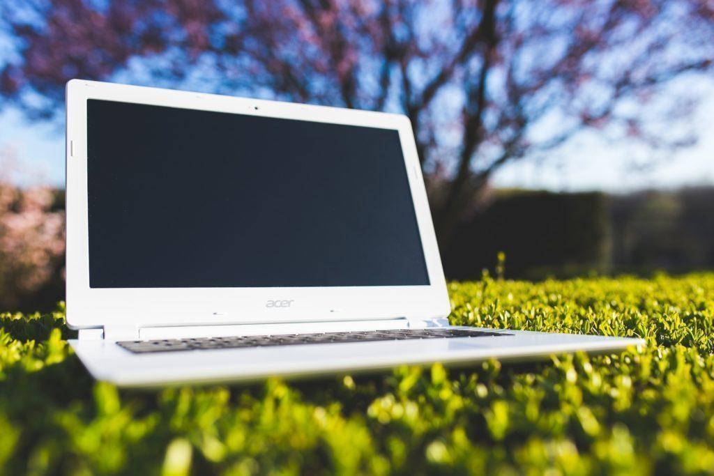 Pokud je notebook napájen z baterie, může být nabíjení pomalejší