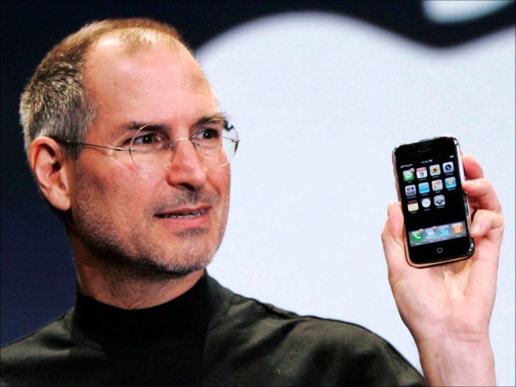 Steve Jobs představuje iPhone 2G, který se zapsal do historie