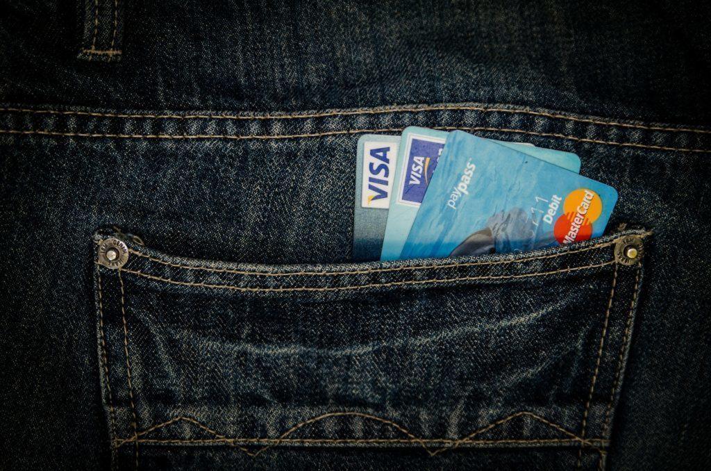 Na nákupy stále musíme nosit platební karty