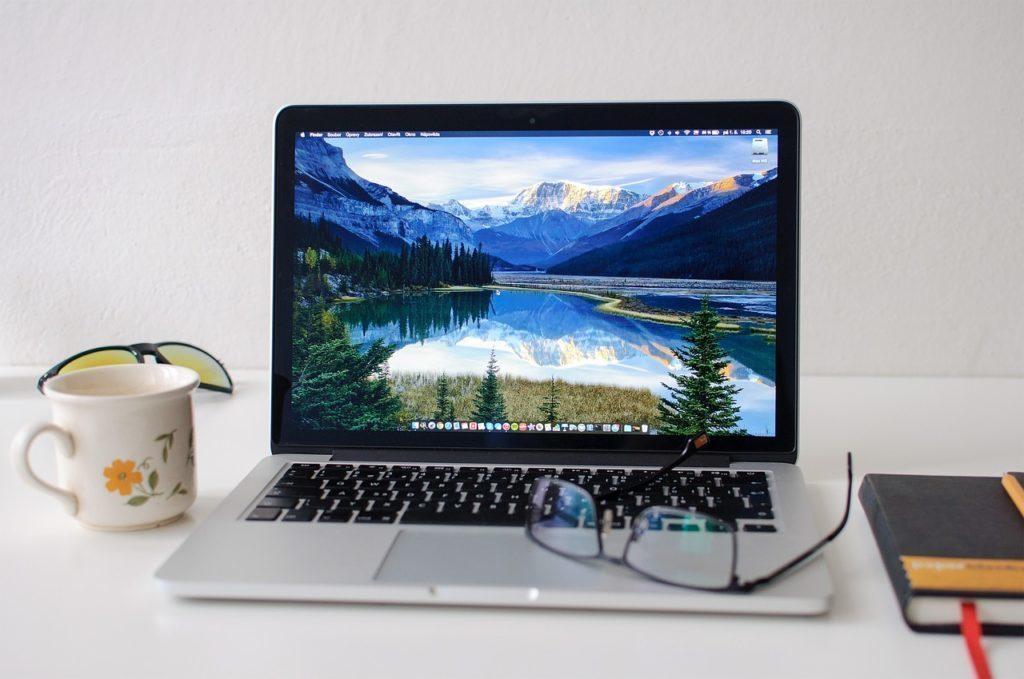 Při pomalém nabíjení zkuste telefon připojit k jinému počítači