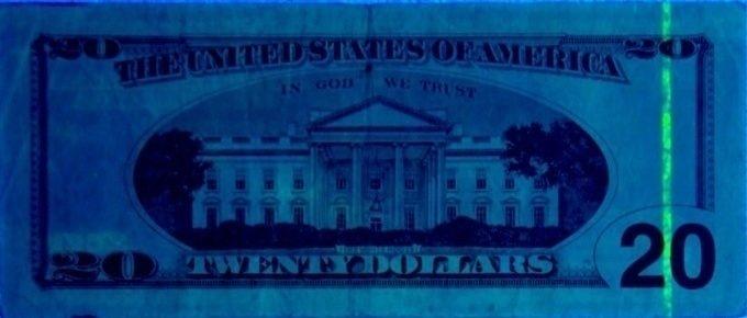 Bankovky mívají ochranné prvky, jež jsou vidět jen pod UV lampou