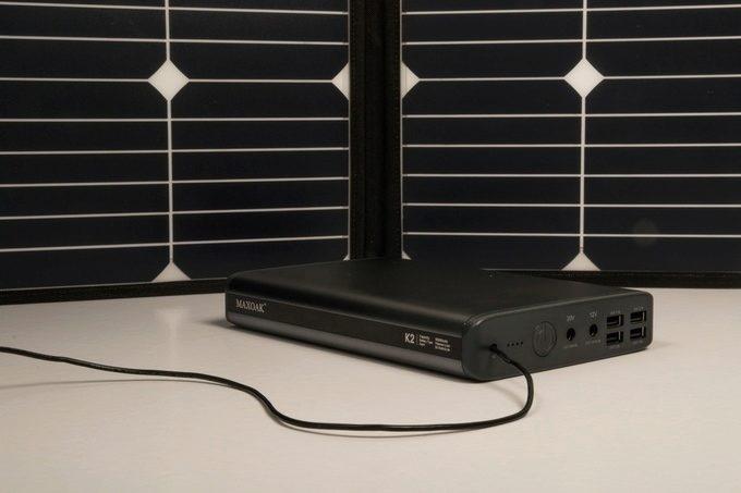 Integrovaný akumulátor lze nabíjet pomocí sluneční energie