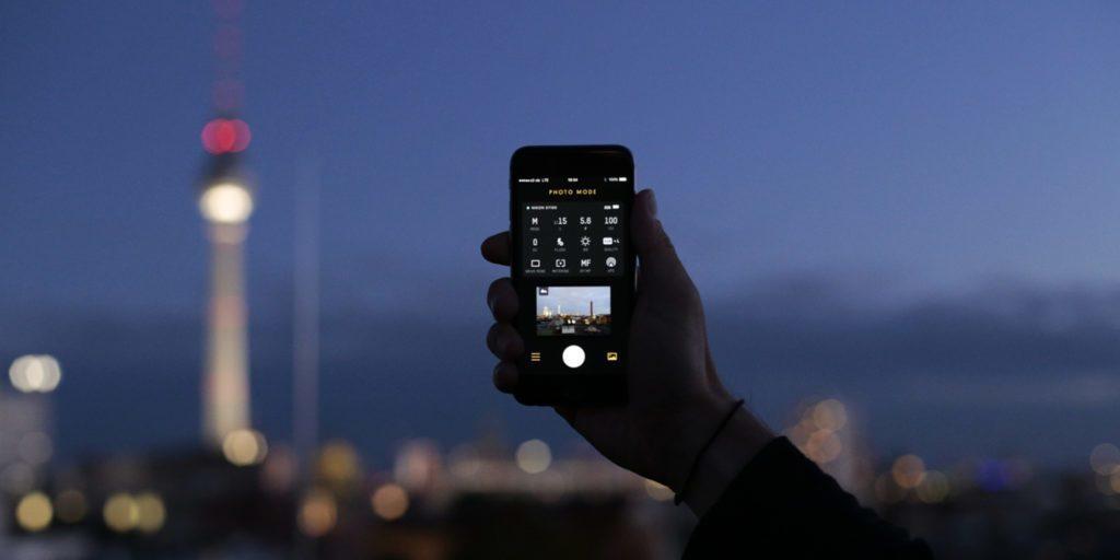 Na displeji telefonu je vidět náhled
