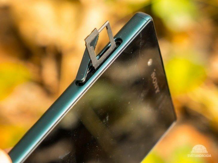 Karty nanoSIM a MicroSD sídlí ve společném šuplíčku pod krytkou