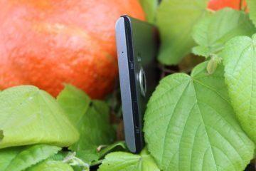 Horní hrana telefonu se sloty pro nano SIM a microSD
