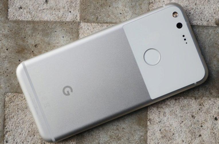 Google Pixel telefony mají magnet