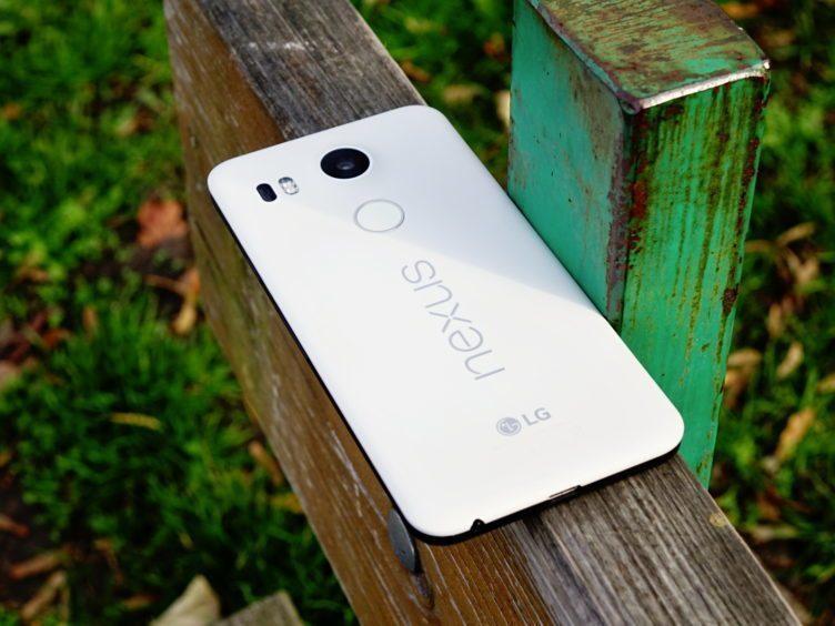 Nexus 5X - konstrukce, pohled zezadu