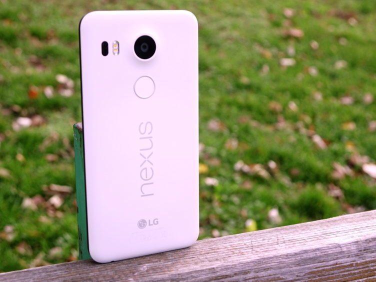 Nexus 5X - konstrukce, záda telefonu (2)