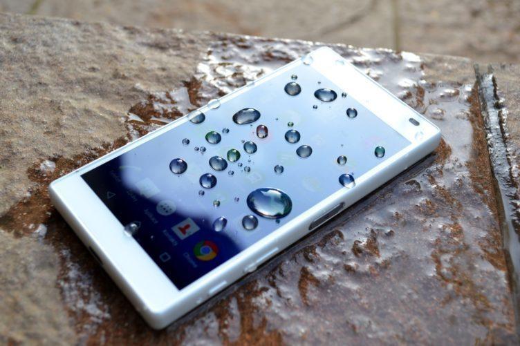 Sony Xperia Z5 Compact - displej, voda