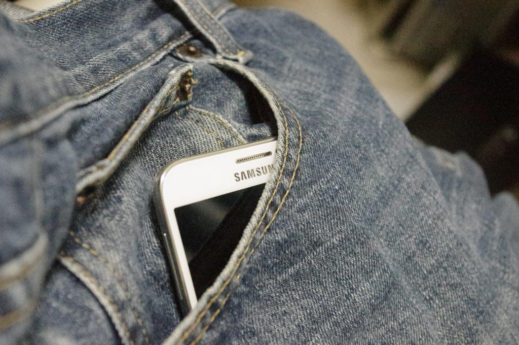 Chránit telefon před mrazem můžete nošením v kapse