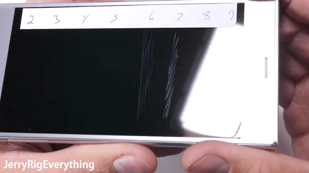 Brutální test Sony Xperia XZ ukázal odolnost skla
