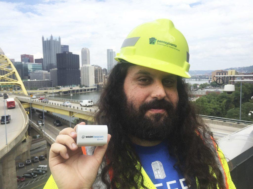 Inženýr Gil Disatnik představuje maják projektu Waze Beacons