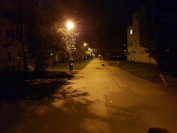 Samsung Galaxy S8 recenze fotoaparát noc ulice lampa