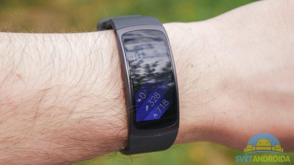 Samsung Gear Fit 2 - konstrukce, na ruce
