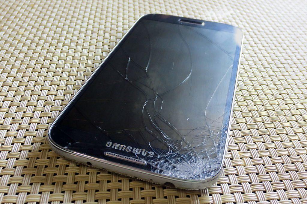Rozbitý displej telefonu není levnou záležitostí