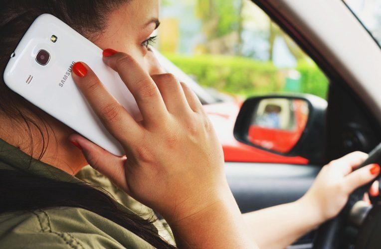 Používáte-mobil-během-řízení-auta