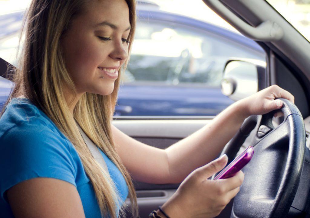 Psaní během řízení je nebezpečné