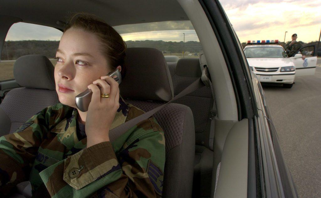 Telefonování během řízení auta je zakázané v mnoha zemích