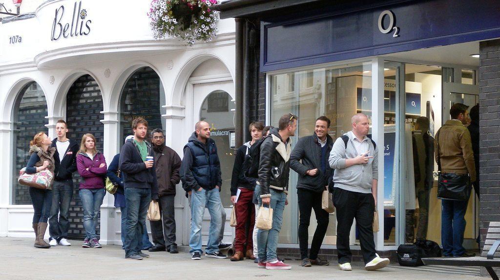 Na některé telefony zákazníci čekají ve frontách
