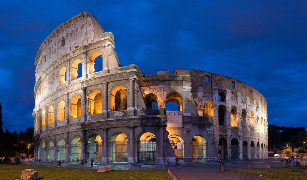 Římské Koloseum během modré hodiny (foto: David Iliff, zdroj: Wikipedia)