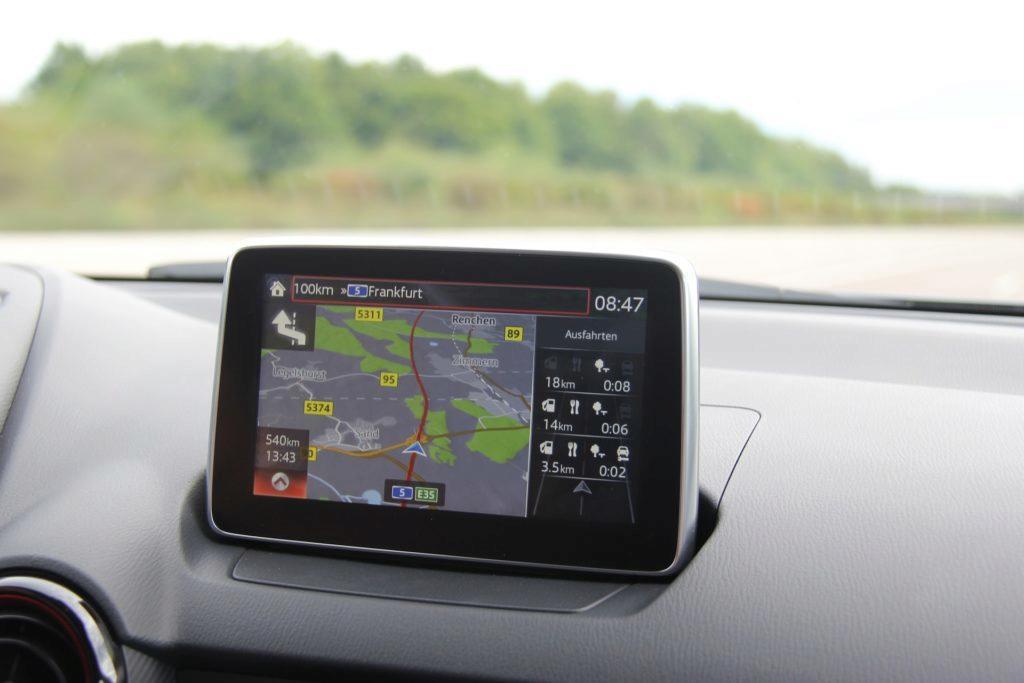 Navigace integrované v autech mají své výhody