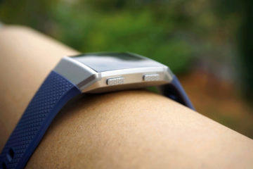 fitbit hodinky tlacitko