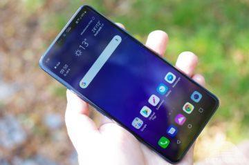 LG G7 ThinQ držení
