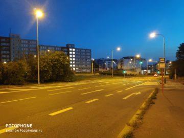 Pocophone F1 fotografie nocni ulice