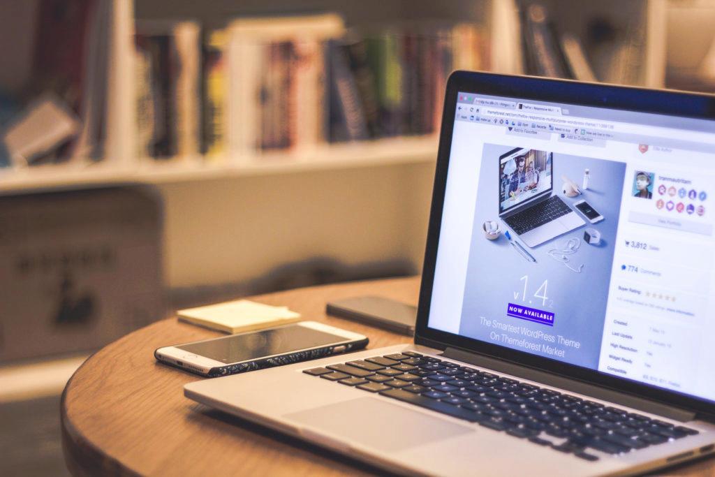 Výhodou e-shopů je možnost objednání z pohodlí domova