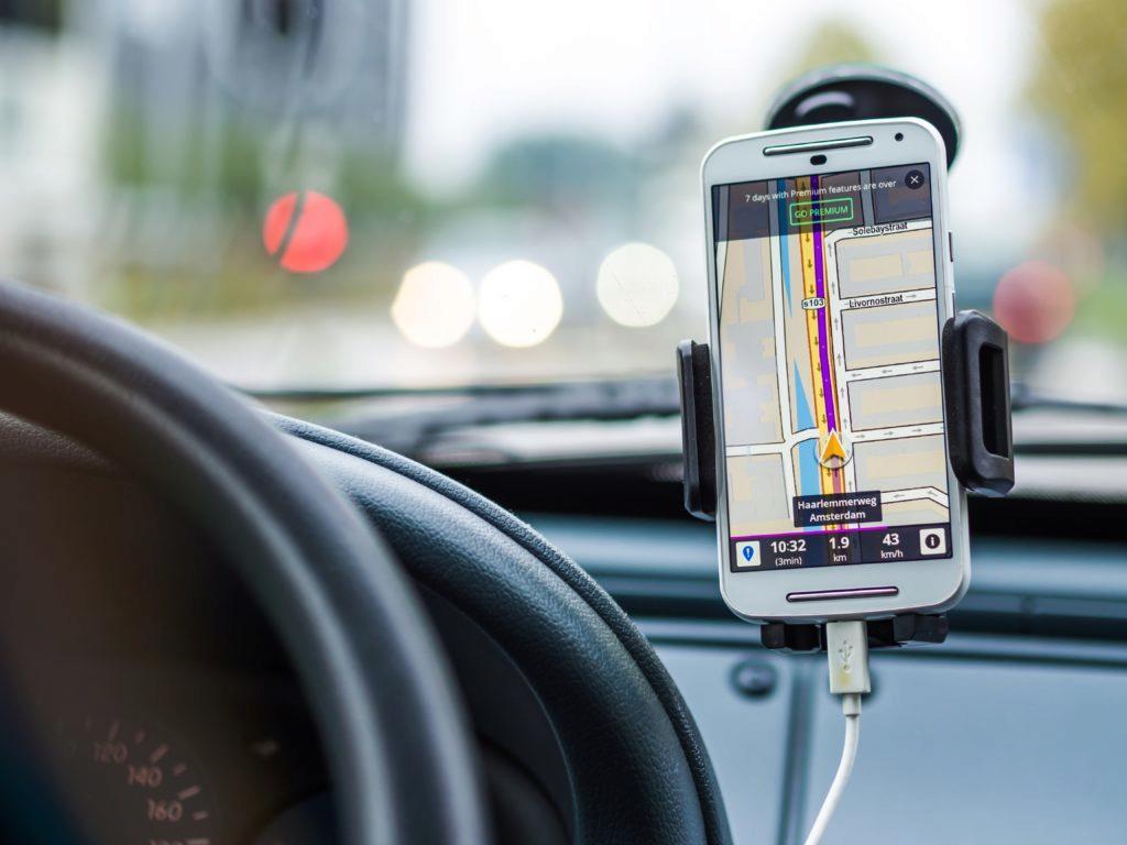 Za čelním sklem auta se telefon snadno přehřeje