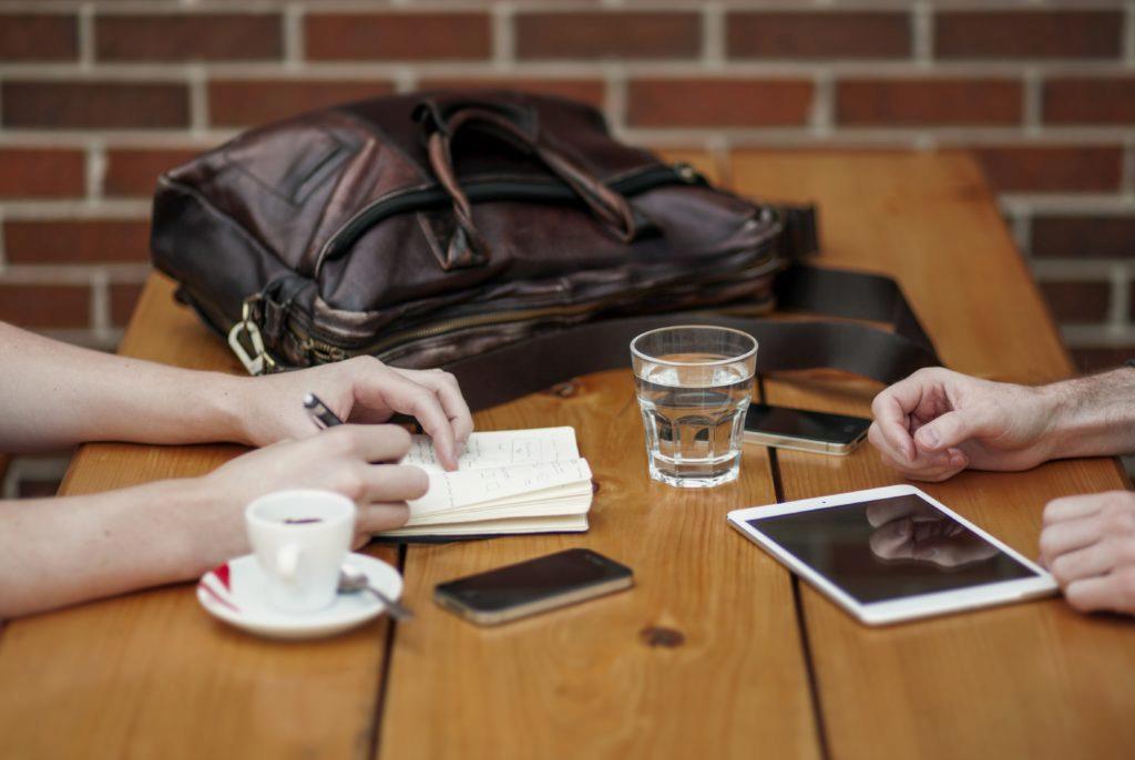 Není dobrý nápad nechávat mobil na stole