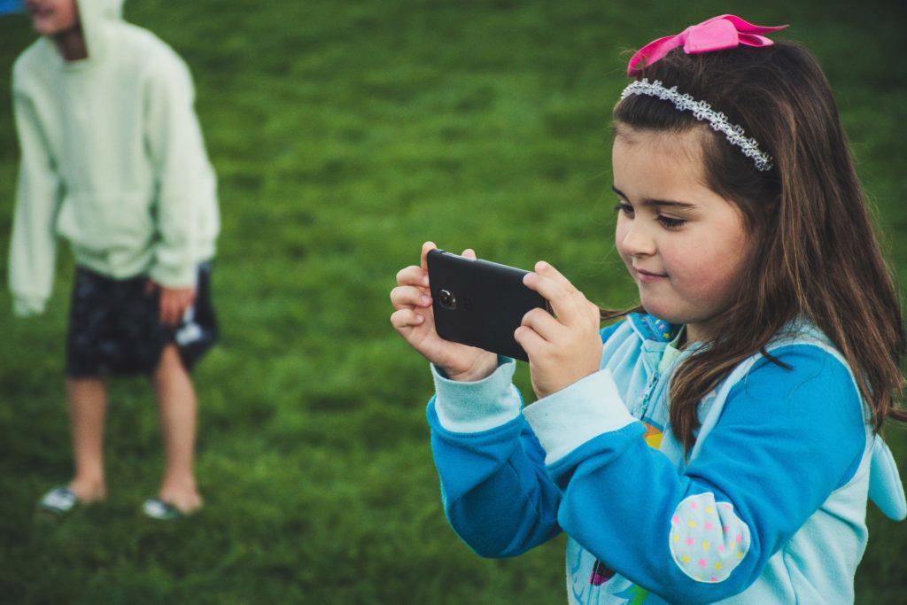 V kolika letech dát dítěti mobil?
