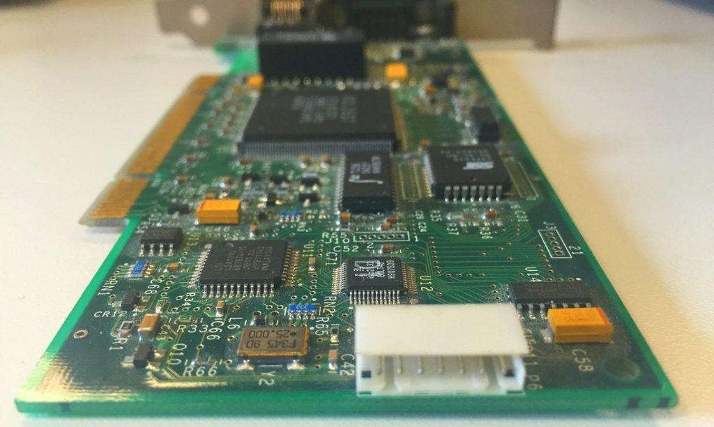 Fyzický konektor WOL na síťové kartě