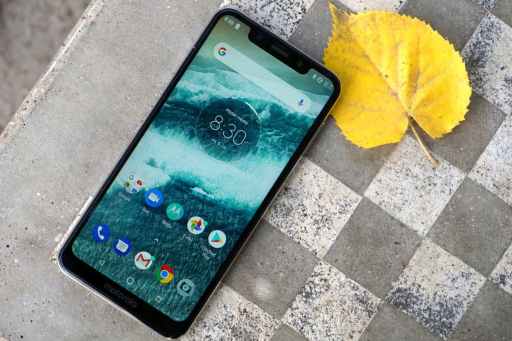 motorola one displej rozliseni