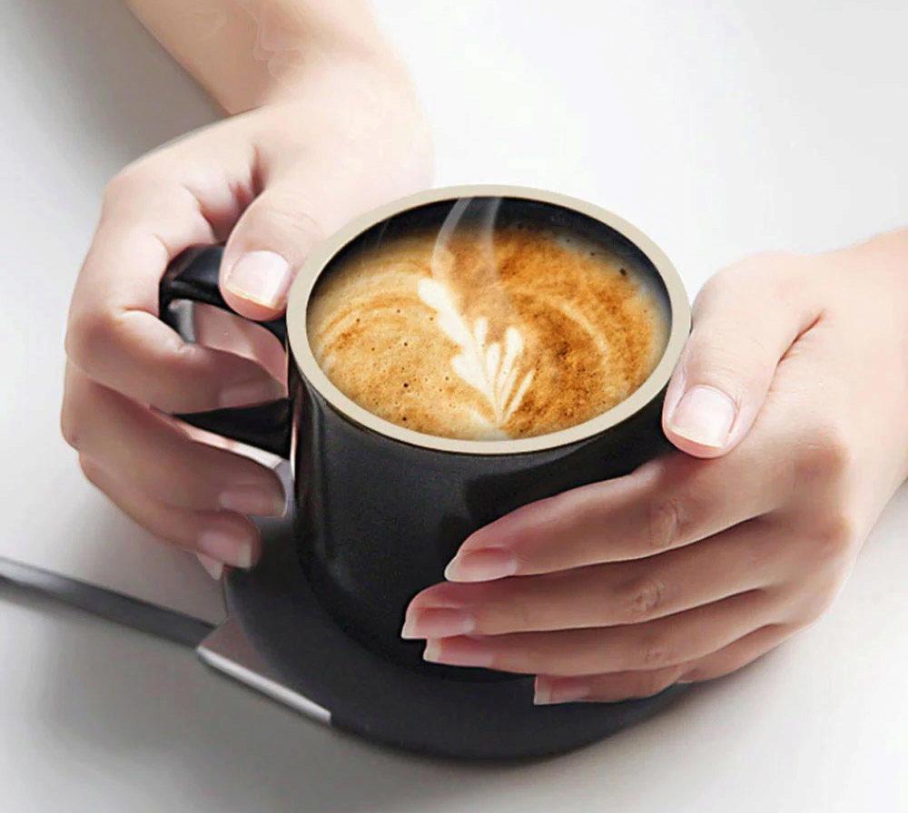 nabíječka telefonu i kávy