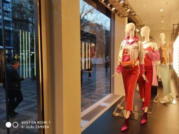 Fotografie Xiaomi Redmi 7 obchod s oblečením