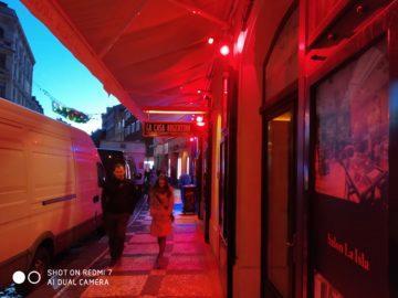 Fotografie Xiaomi Redmi 7 red light červené osvětlení