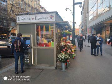 Fotografie Xiaomi Redmi 7 stánek s květinami