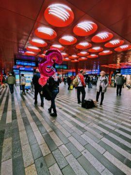 Huawei P30 Pro fotografie balónek na nádraží 0,6x