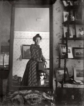 Po roce 1900 se rozmohlo focení selfie přes zrcadlo