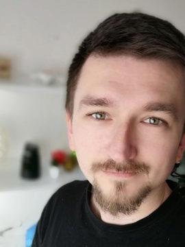 selfie s rozmazaným pozadím a vyhlazeným obličejem