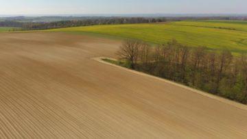 Hubsan Zino fotografie z dronu pole na jaře