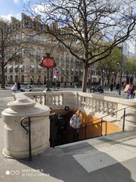 Jak fotí Xiaomi Mi 9 vstup do metra paříž