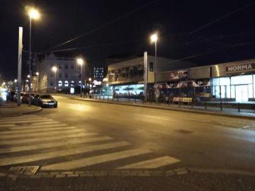 Moto G7 Power fotografie noční ulice