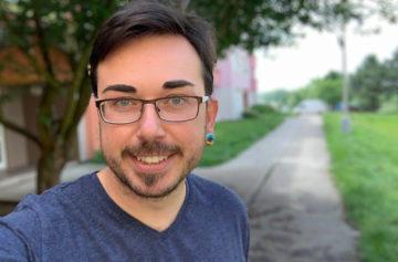 Rozostření pozadí na portrétu - foťák v mobilu