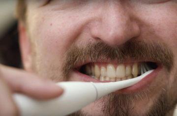 Čištění zubů elektrickým kartáčkem