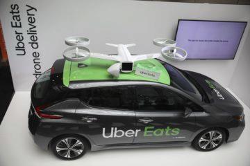 Plánované přistávání dronu Uber Eats na vozidle.