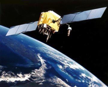 Ilustrace družice GPS na oběžné dráze bloku IIF